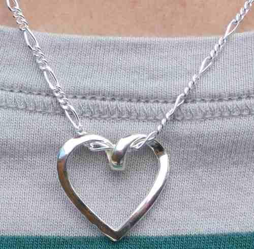 Envío + cadena de plata y dije de corazón torcido plata