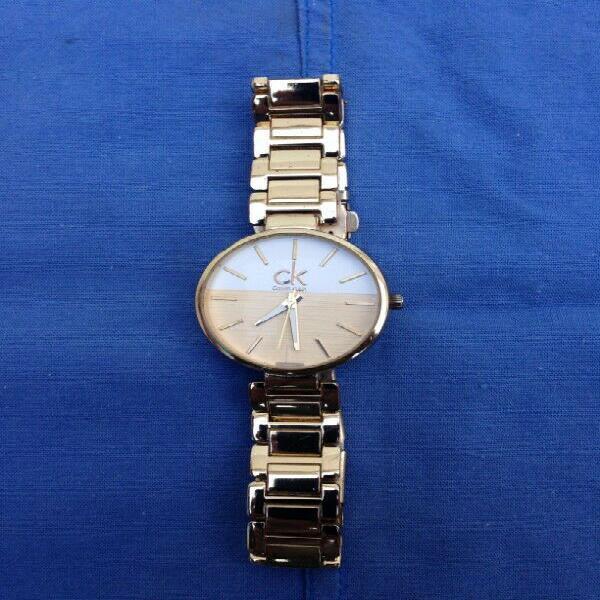 Reloj CK Dorado Metalico