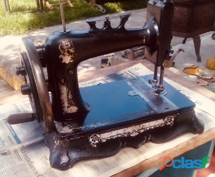 Hermosa máquina de coser funcional