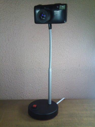 Cámara fotográfica nikon convertida en lámpara de buro