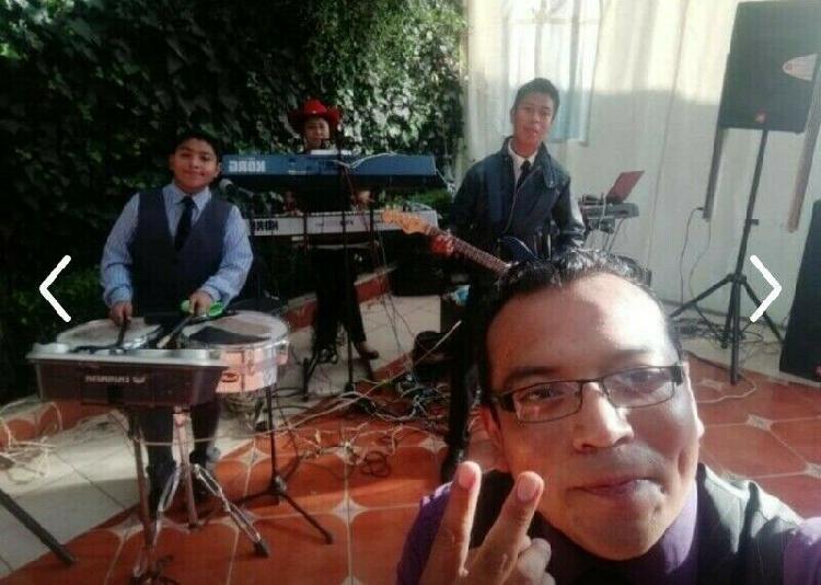 Música tecladista y grupo musical