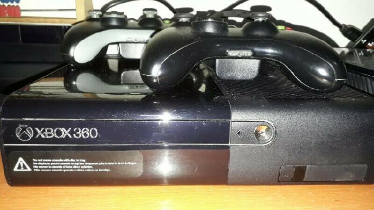 Xbox 360 con 2 controles y 7 juegos