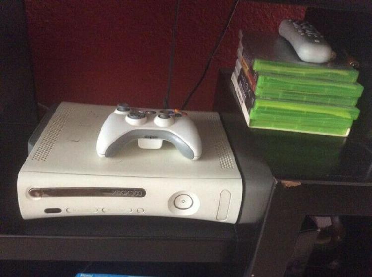Xbox 360 con un control y 6 juegos