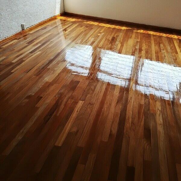 Pulir y barnizar piso de madera, como duela o parquet