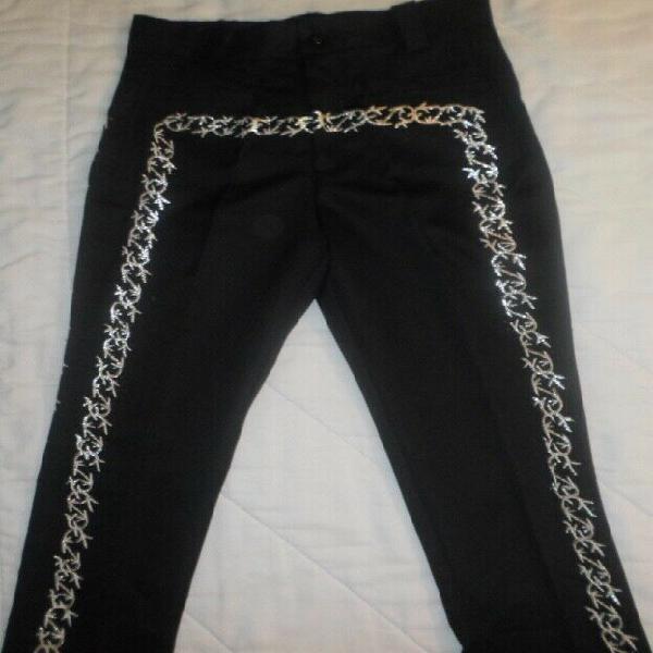 Pantalón negro para traje de charro. grecado en color