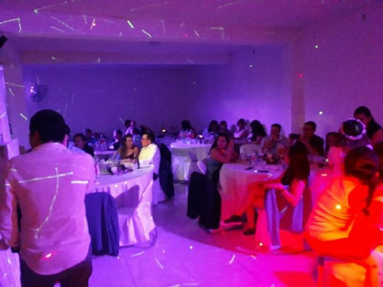 Salón con banquete, música y más