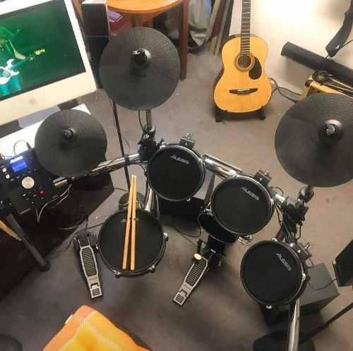 Batería alesis command mesh kit con doble pedal y audifonos