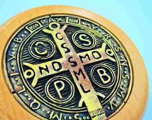 Medalla san benito protege negocios, empresa, casa, trabajo