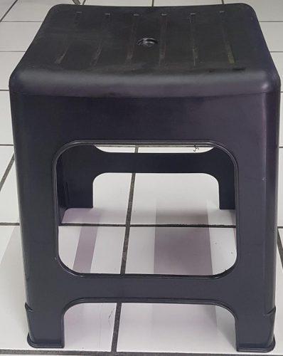 Banco negro confortable en plástico reforzado