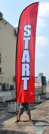 Bandera con publicidad impresa