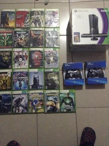 Xbox 360 en caja con 3 controles y 21 juegos originales