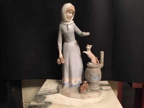 Figura de porcelana antigua mujer con gato.