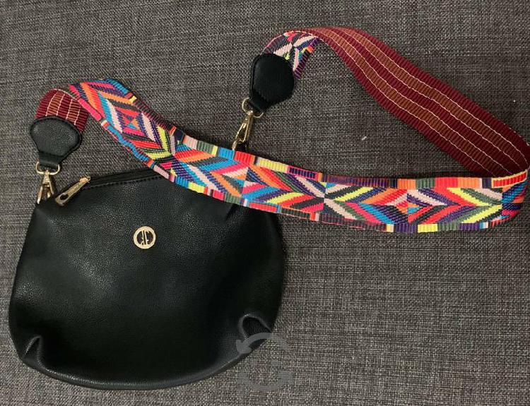 Bolsa crossbody negra con asas artesanales