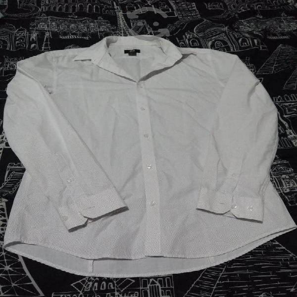 Varias camisas y ropa caballero