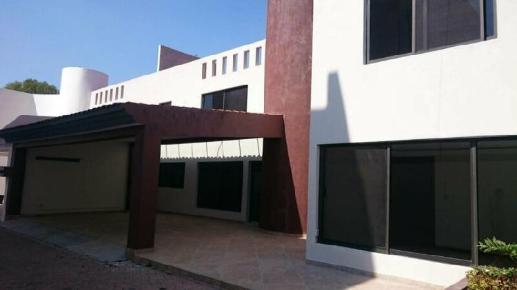 Renta de casa con estudio y amplio jardín en el barreal,