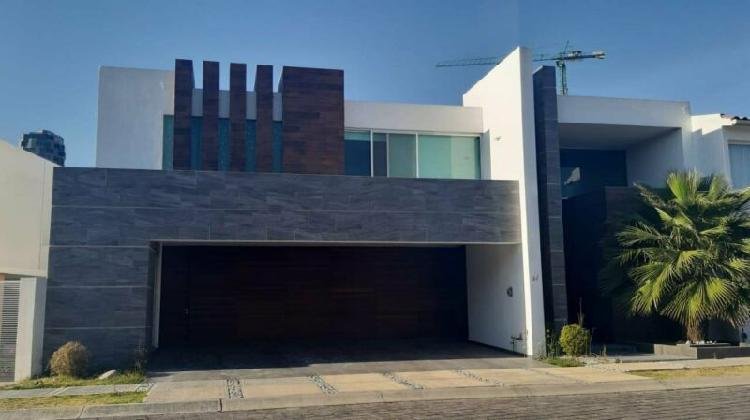 Renta casa nueva de 4 recamaras en fracc vista real zona