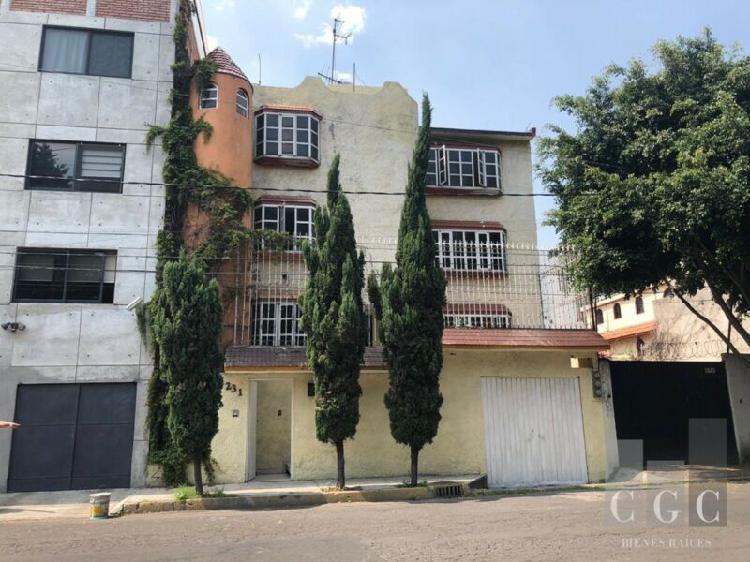 Casa en venta en calle con precioso camellón arbolado