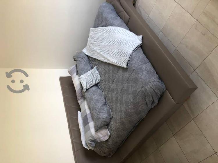 Cama king size color cafe, no incluye colchón