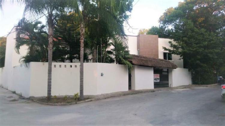 Casa en renta de 6 recámaras sin muebles en privada dzalam