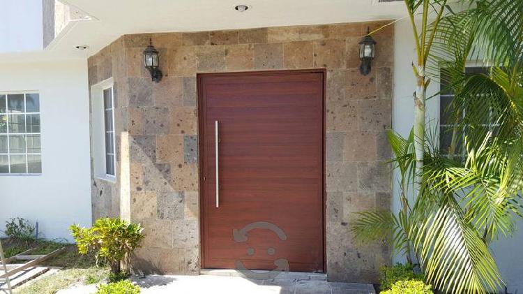 Puerta grande 100% de aluminio color madera parota