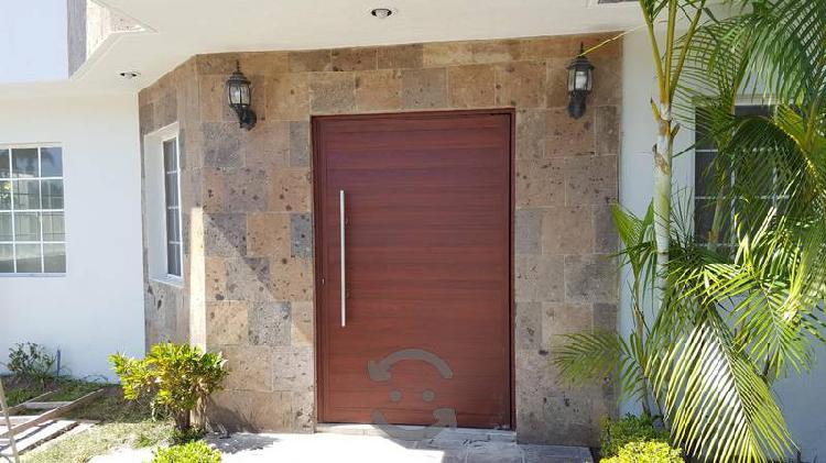 Puerta de aluminio nueva color madera parota nueva