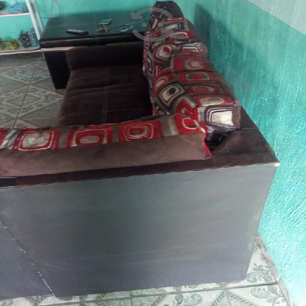 Sala esquinera con mesa con 4taburetes buen trato