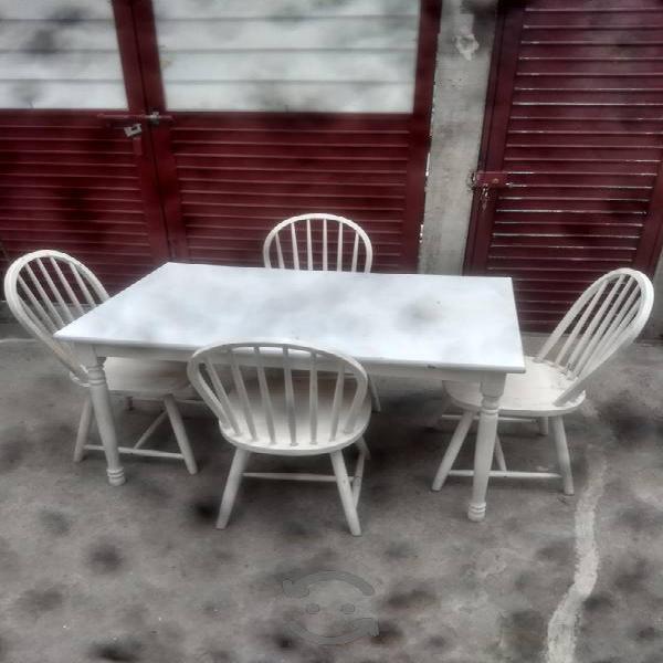 Antecomedor una mesa con 4 sillas blanco