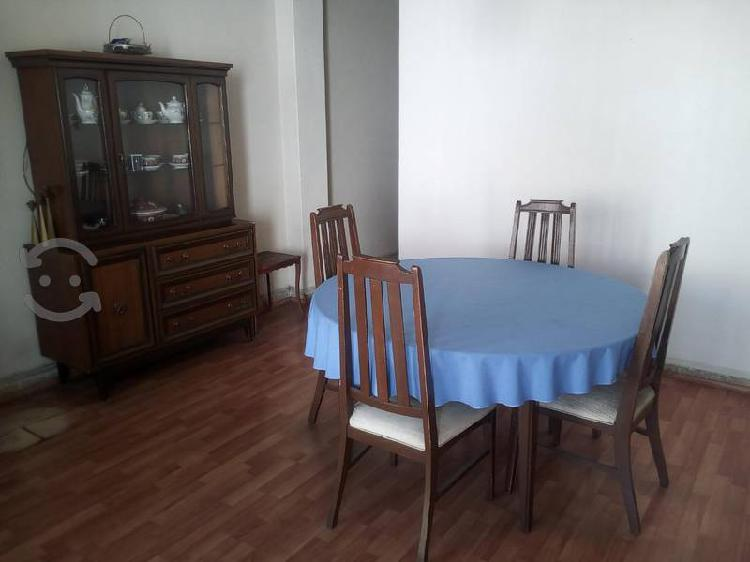 Comedor mesa redonda con seis sillas vitrina con t