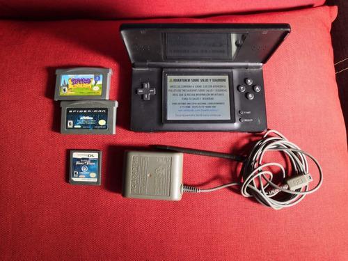 Nintendo ds lite, cargador y juegos.
