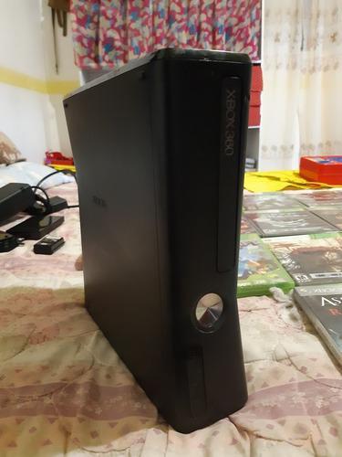 Xbox 360 slim. con cables un control, juegos y accesorios