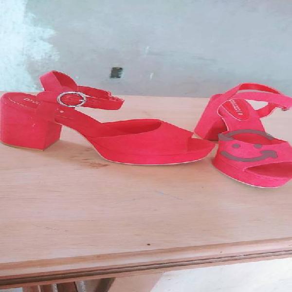 Sandalias rojas de tacón grueso nuevas