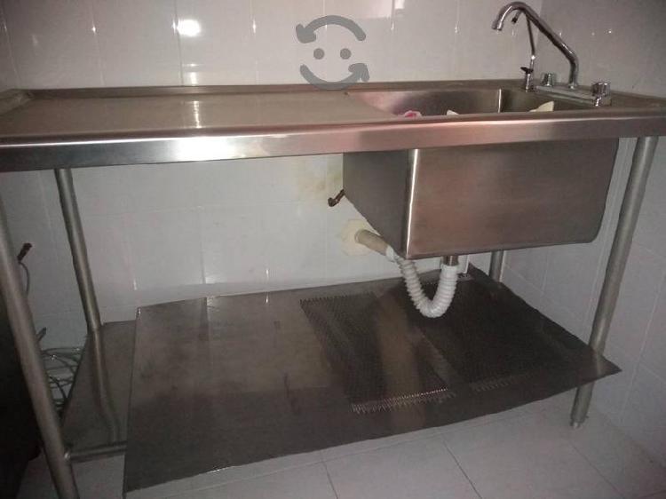 Mesa con tarja y llaves de acero inoxidable