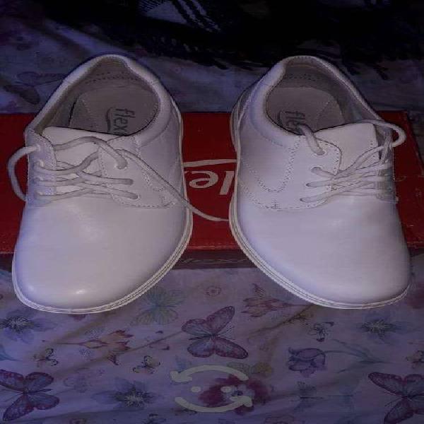 Zapatos blancos y equipo de disección
