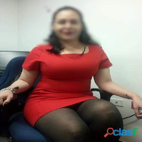 Vestida de secretaria muy putona
