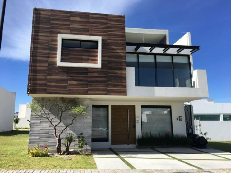 Casa en renta de 4 habitaciones con baño y roof garden en