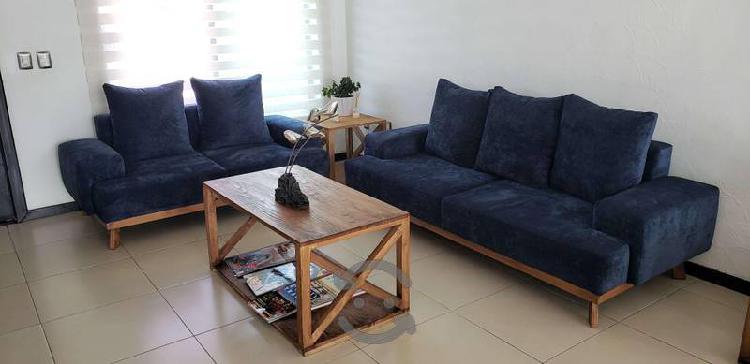 Sofa, love seat y 3 mesas.