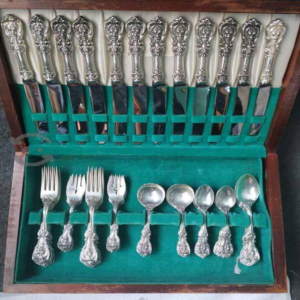 Colección de cubiertos de plata antiguos sin usar