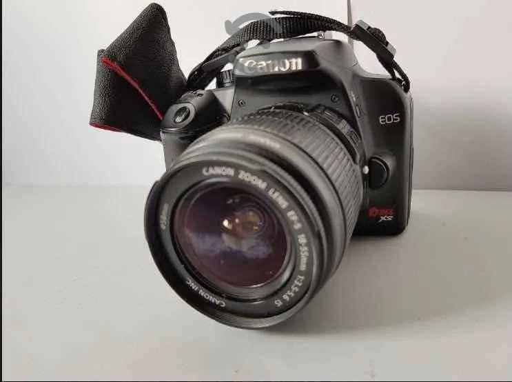 Camara fotográfica canon eos rebel xs con accesors