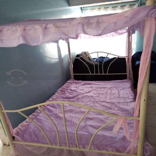 Estructura de cama tipo princesa, sin el colchón.