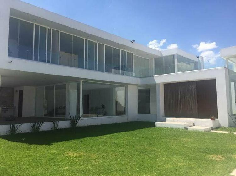 Venta de casa de 4 habitaciones y gran jardin en metepec