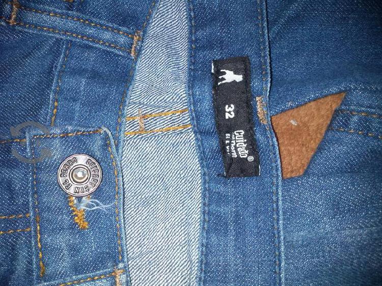 Pantalón de mezclilla (jeans) cuidado con el perro