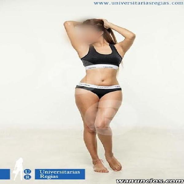 Thaly, fitness de cuerpo espectacular (centro)