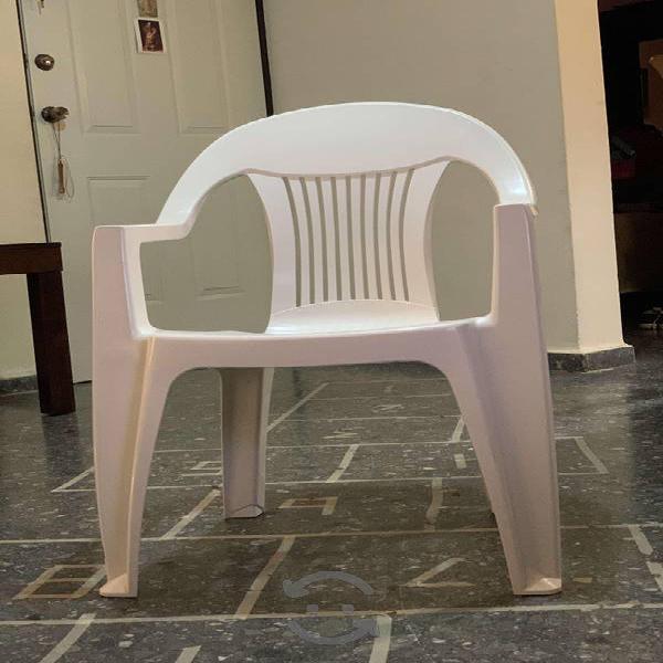 Cuatro sillas para jardín y/o patio de plástico