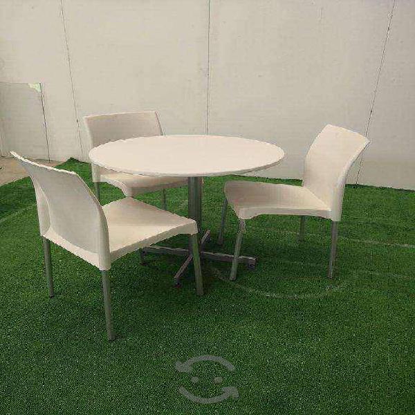 Mesa con silla blanca