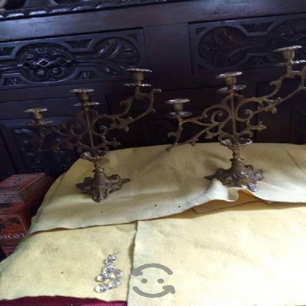 Antiguos candelabros de bronce