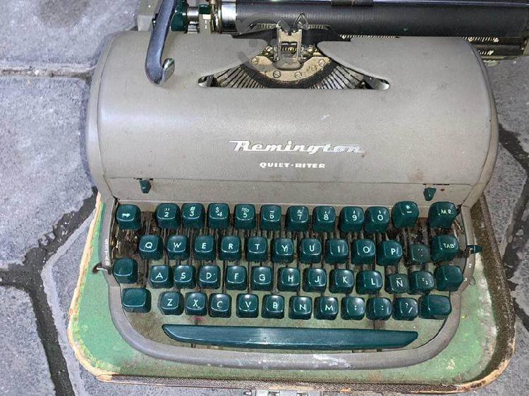 Máquina de escribir antigua funcionando