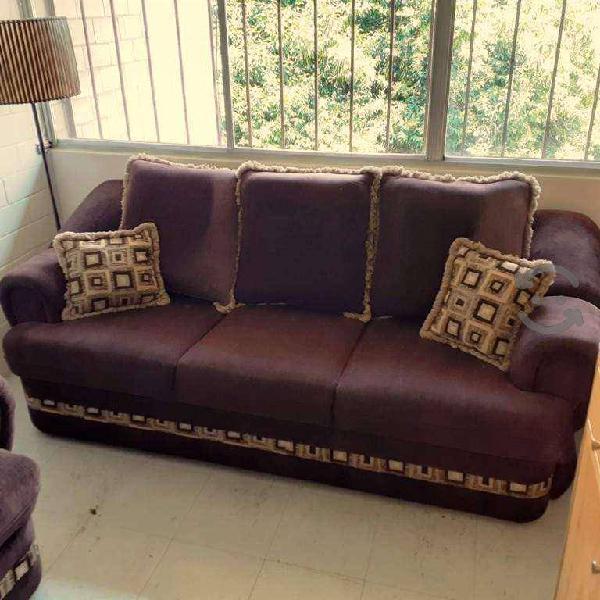Sala con love seat y sofa