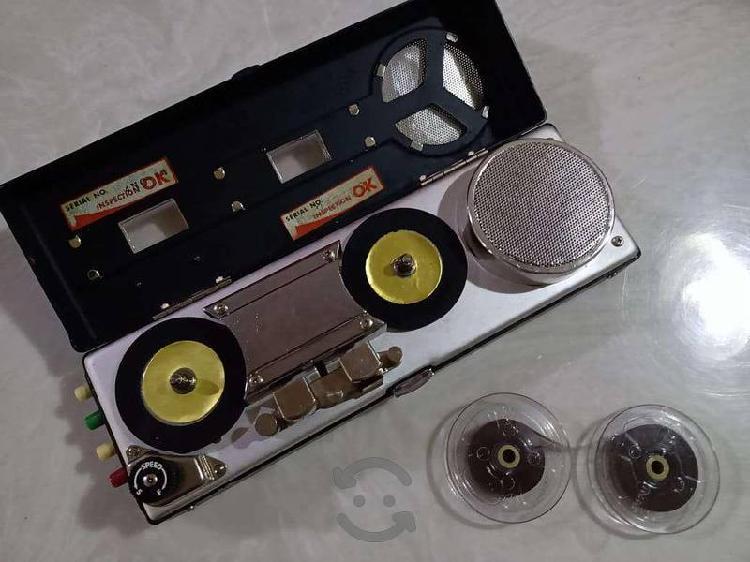 Antigua máquina portátil de cinta a carrete 1964