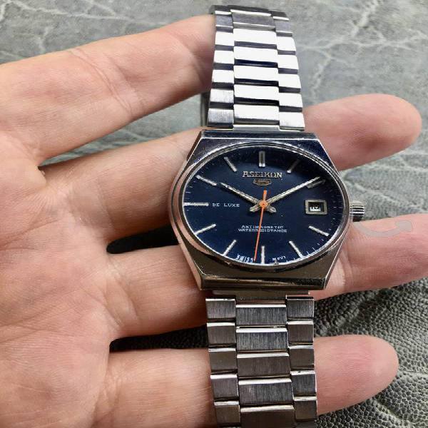 Bello reloj suizo de cuerda
