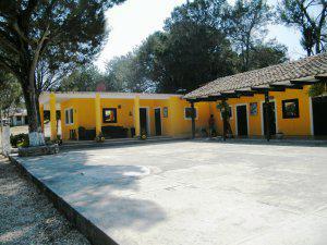 Rancho con casa principal, secundaria, y cuartos para